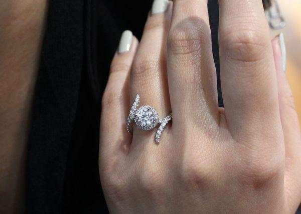 Nebula 14k White Gold Round Halo Engagement Ring