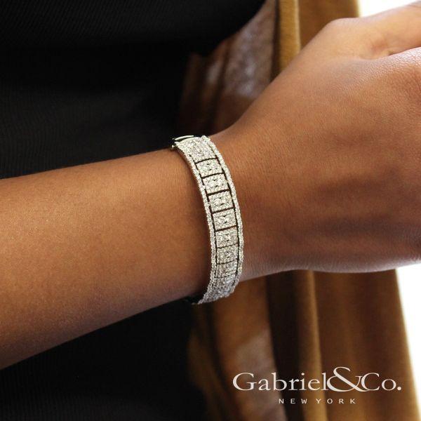18k White Gold Contemporary Bangle