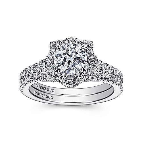 Plaisir 18k White Gold Round Halo Engagement Ring angle 4